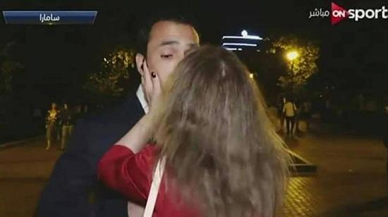 الفتاة تصدمه بقبلة مفاجئة