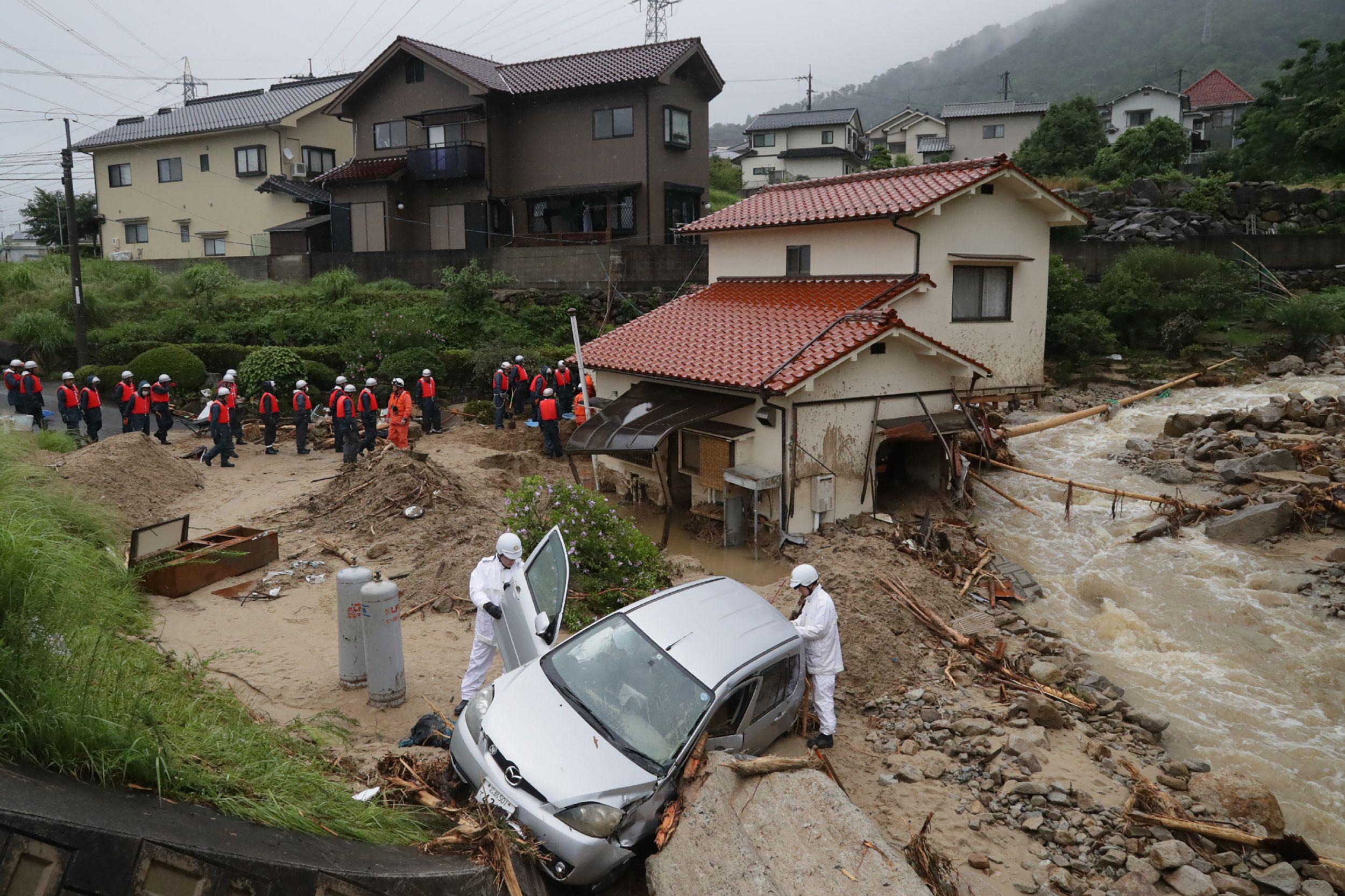 رجال الانقاذ فى اليابان