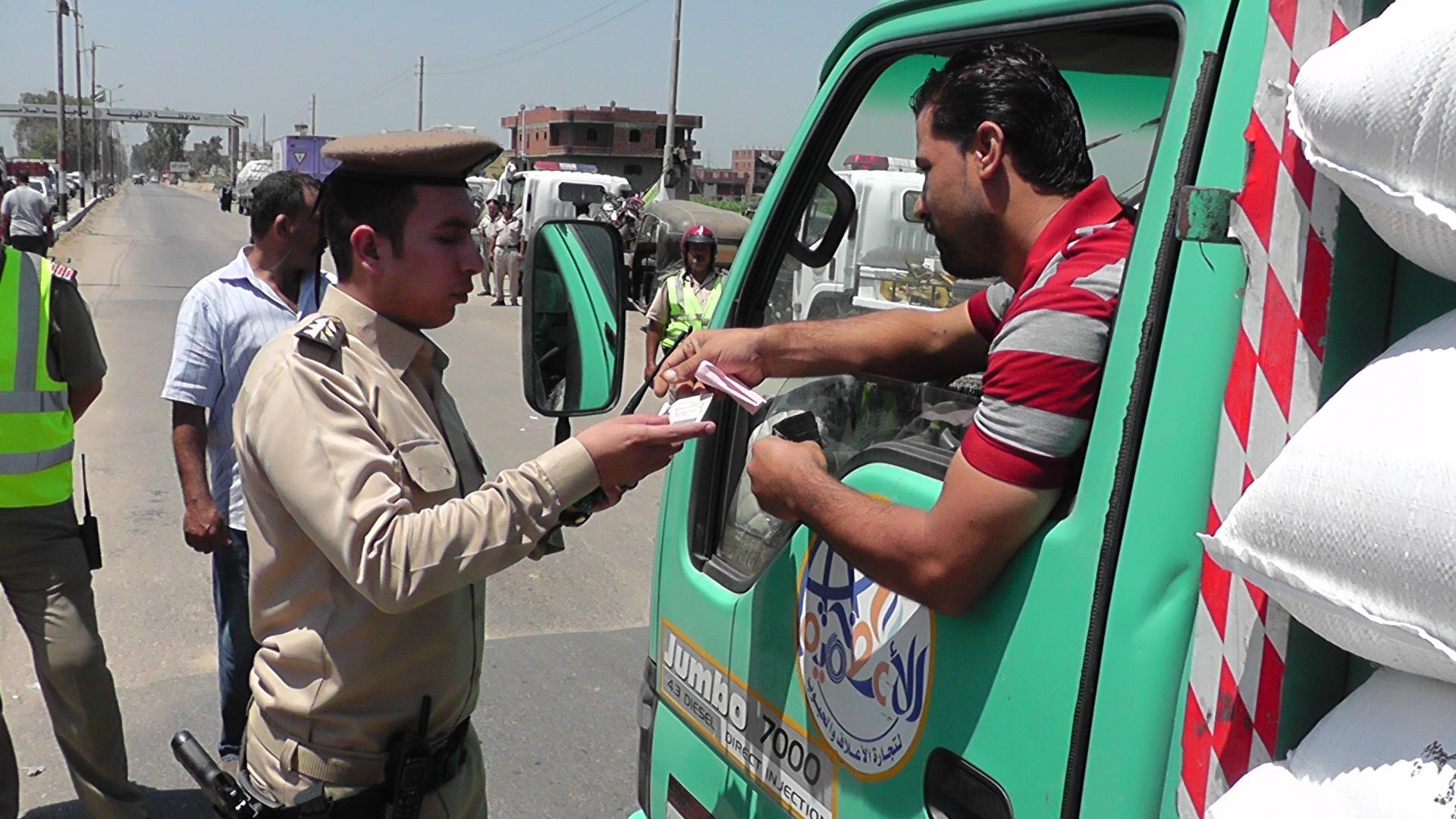 مدير امن الدقهلية يتابع المركبات بحملة مرورية