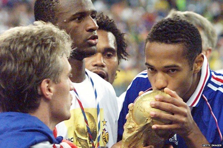 هنرى يقبل كأس العالم