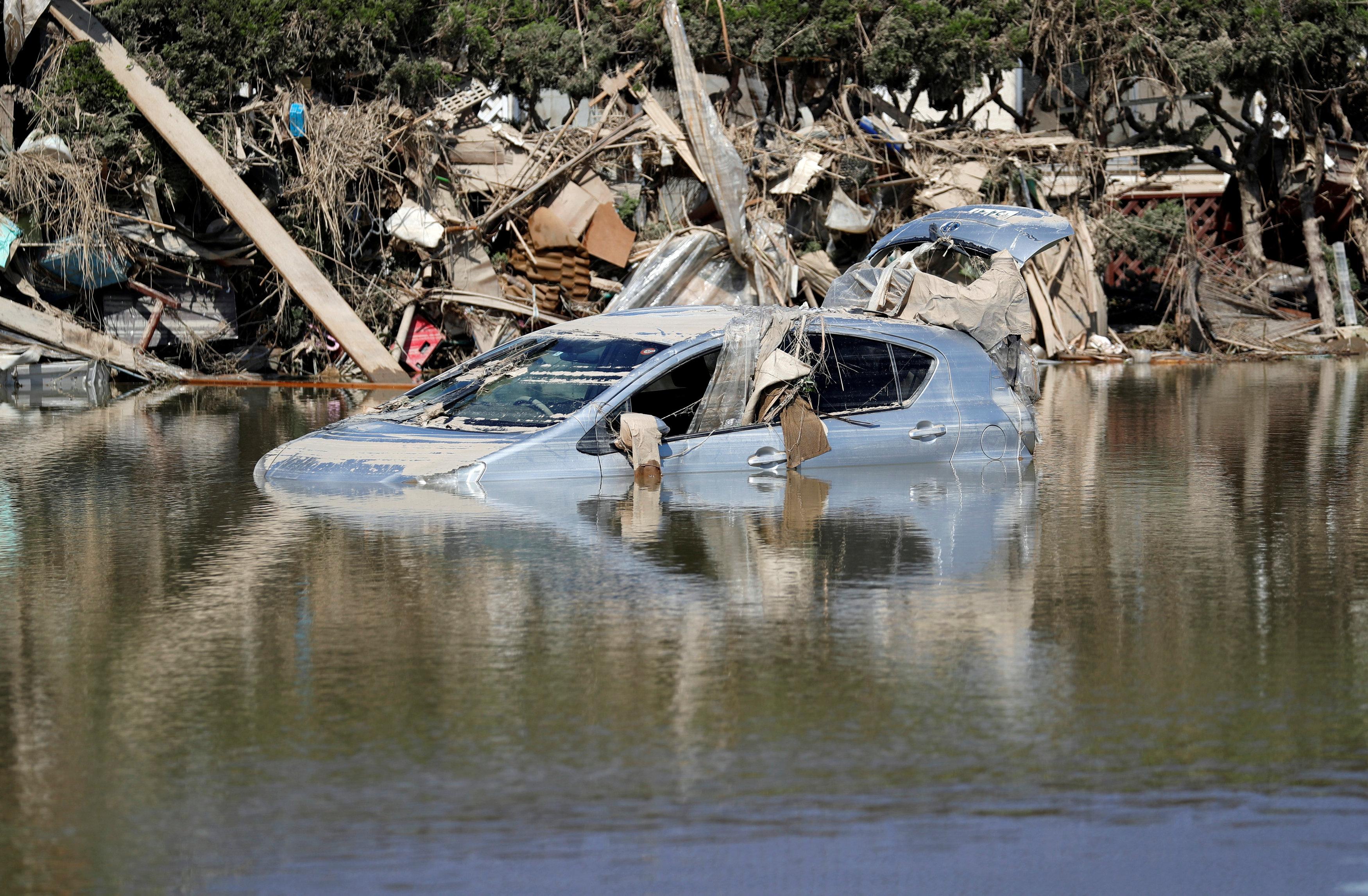 غرق سيارة فى مياه الأمطار