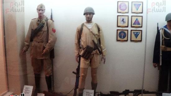 مجسمات لجنود بأسلحتهم خلال معركة العلمين