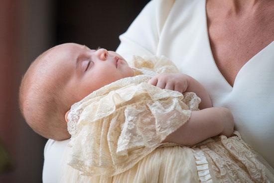 الأميرة كيت تحمل الأمير لويس
