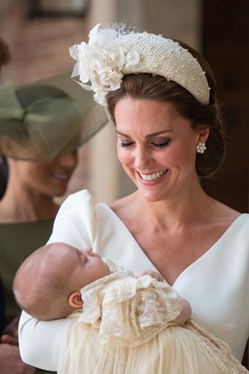 الأميرة كيت تبتسم لطفلها الأمير لويس قبل حفل تعميده