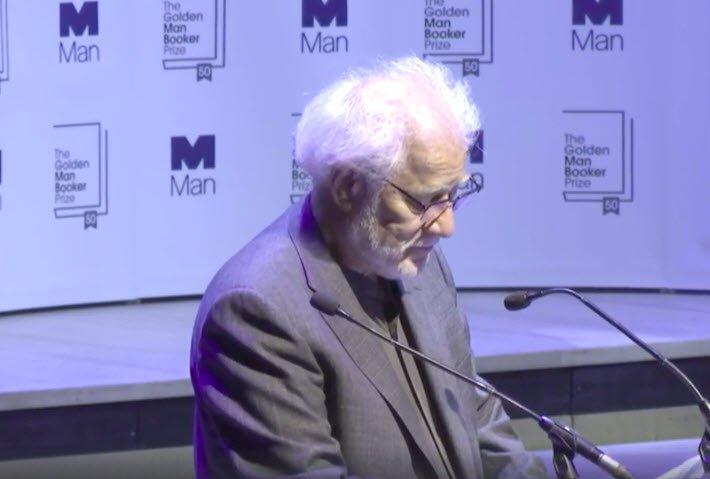 مايكل أونداتجى خلال كلمته بعد فوز رواية المريض الإنجليزى بجائزة مان بوكر الذهبية