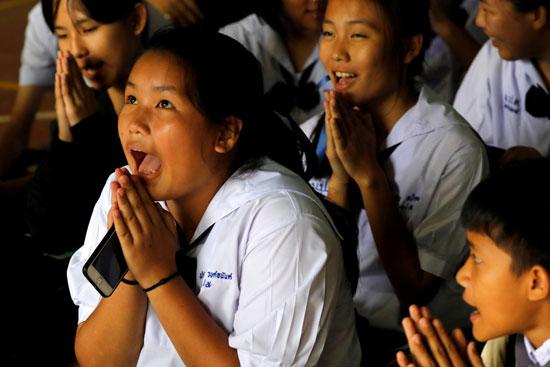 تايلانديون يصلون من أجل الأطفال