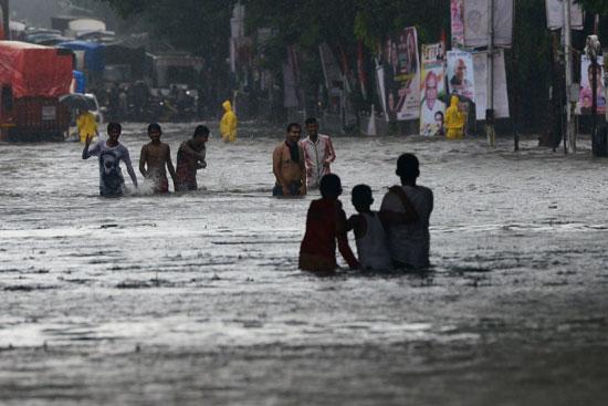 هنود غارقون في مياه الفيضانات