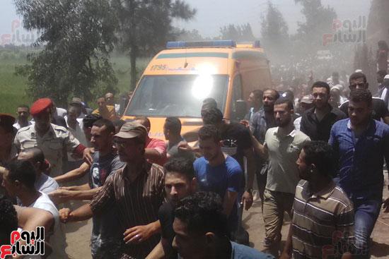 الألاف يشيعون جثمان شهيد العريش لمثواه الأخير بكفر الشيخ (1)