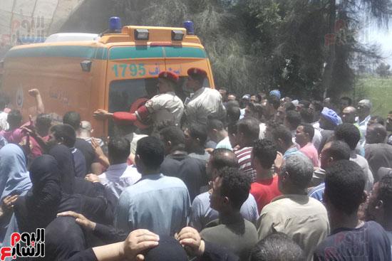 الألاف يشيعون جثمان شهيد العريش لمثواه الأخير بكفر الشيخ (2)