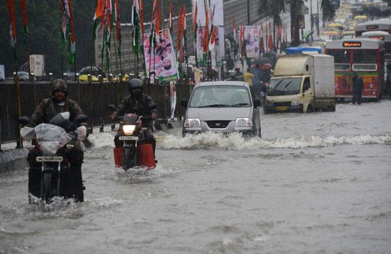 شوارع الهند غارقة بمياه الأمطار