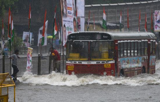 تعطل المرور بسبب الفيضان