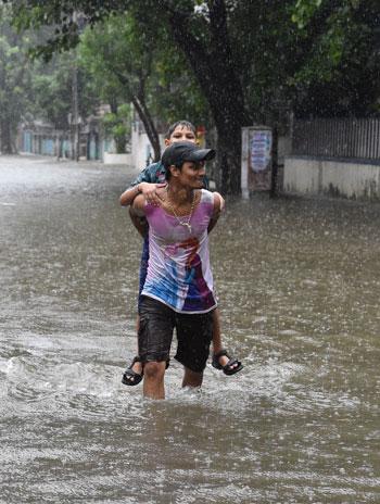 شاب يحمل آخر فى شارع بالهند