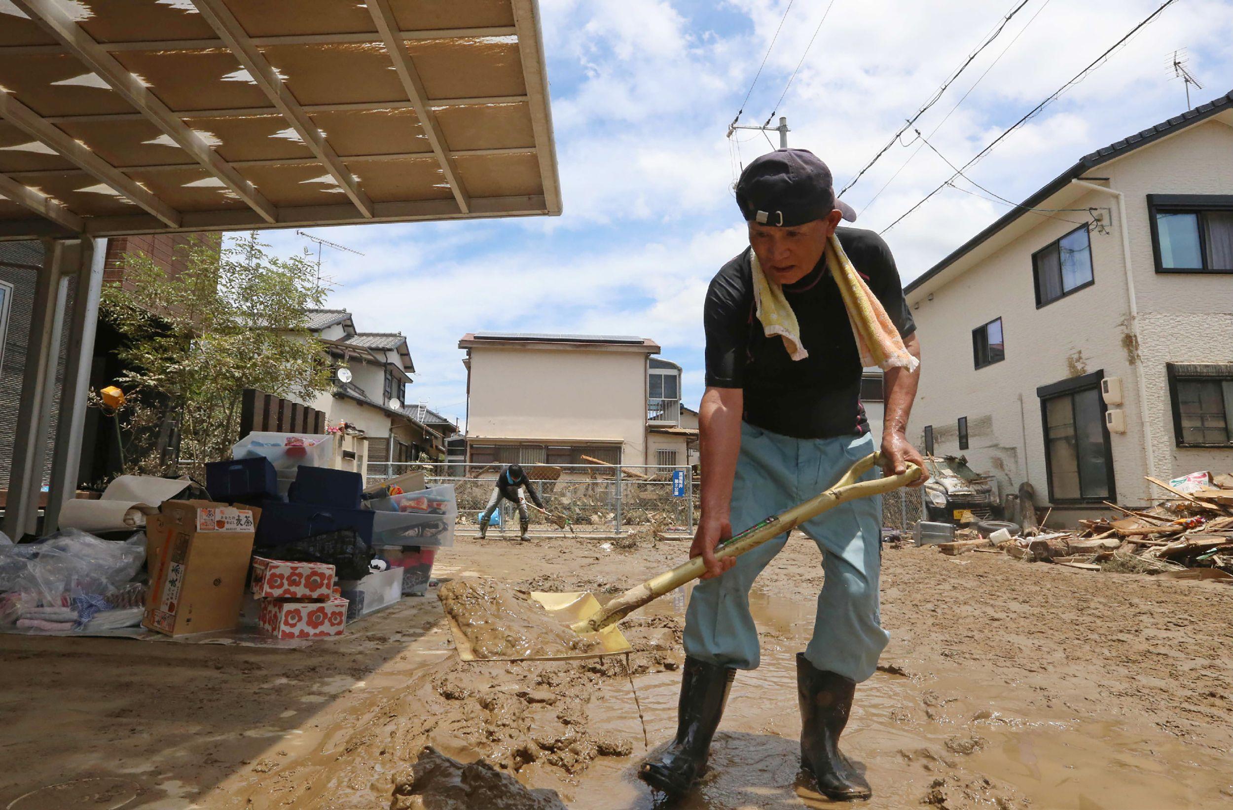 ياباني يزيل آثار الأمطار
