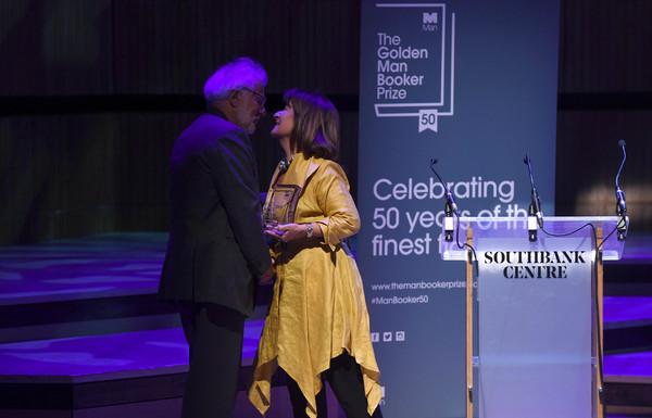 رئيس جائزة مان بوكر تسلم مايكل أونداتجى جائزة رواية المريض الإنجليزى