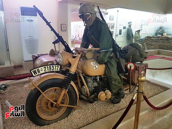 مجسم لجندى خلال الحرب العالمية يركب دراجة نارية BMW
