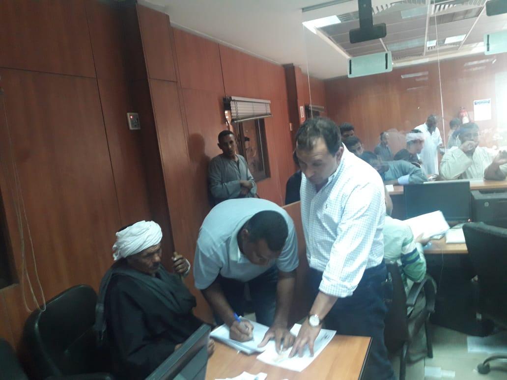 محافظ الأقصر وسكرتير المحافظة يتابعان تسديد رسوم فحص طلبات تقنين أملاك الدولة (1)