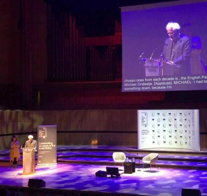 مايكل أونداتجى متحدثا عن رواية المريض الإنجليزى فى حفل جائزة مان بوكر