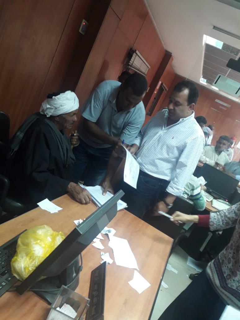 محافظ الأقصر وسكرتير المحافظة يتابعان تسديد رسوم فحص طلبات تقنين أملاك الدولة (2)