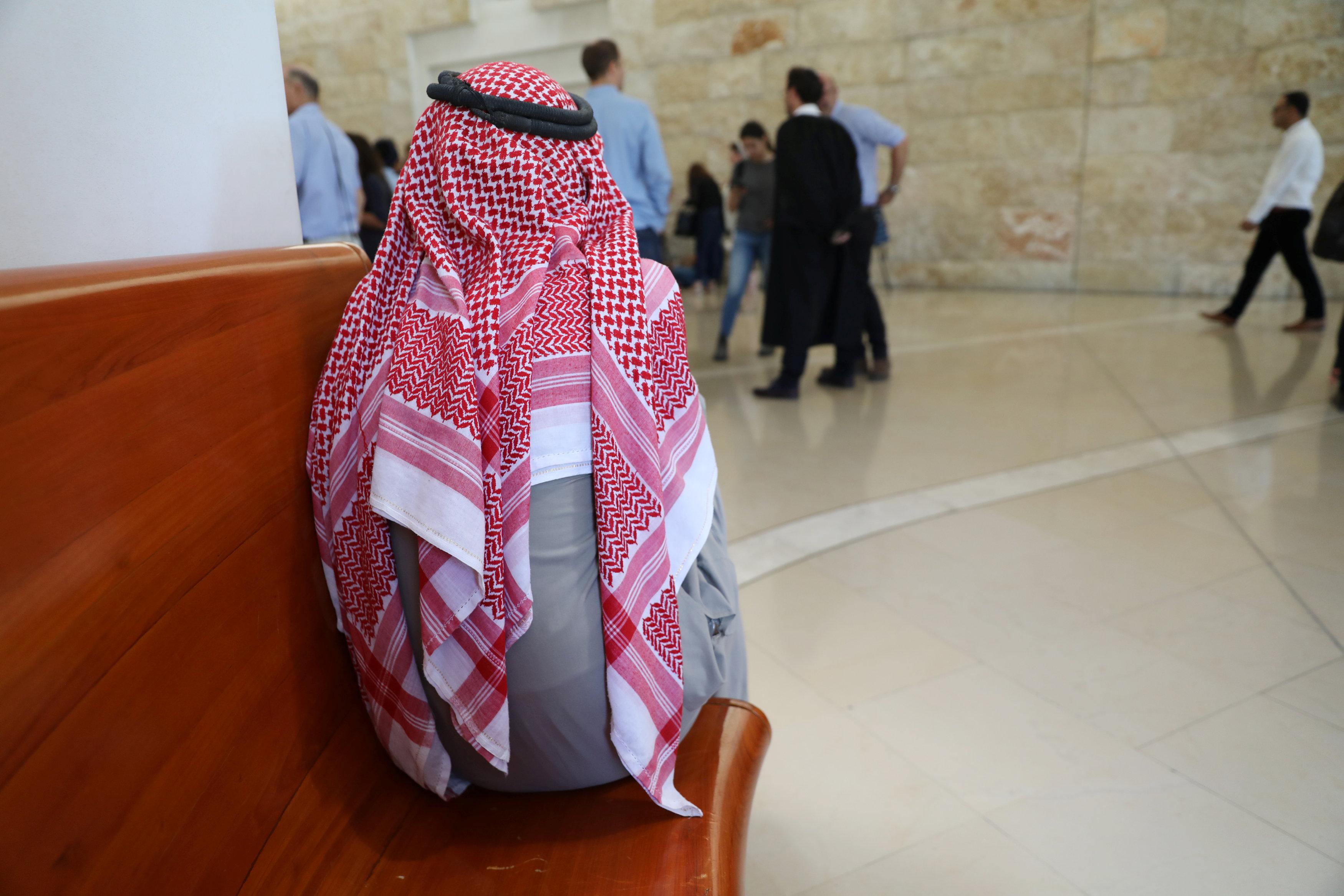 أحد الفلسطينيين ينتظر قرار المحكمة