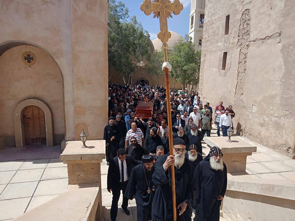 رهبان الدير وشكلين من القلنسوات