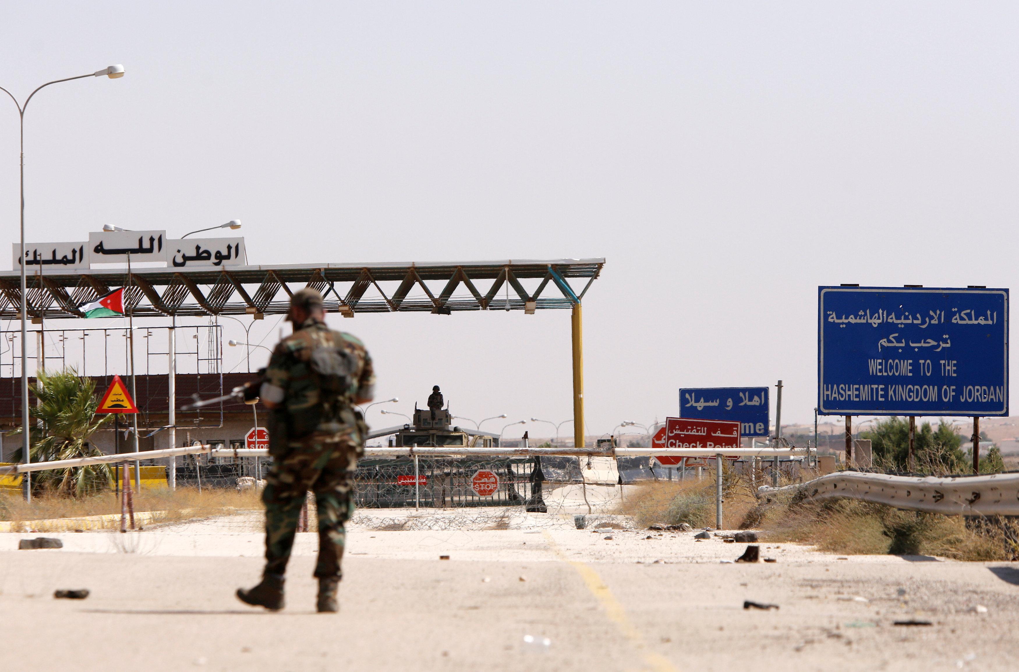 أحد الجنود فى المنطقة الحدودية بين الأردن وسوريا