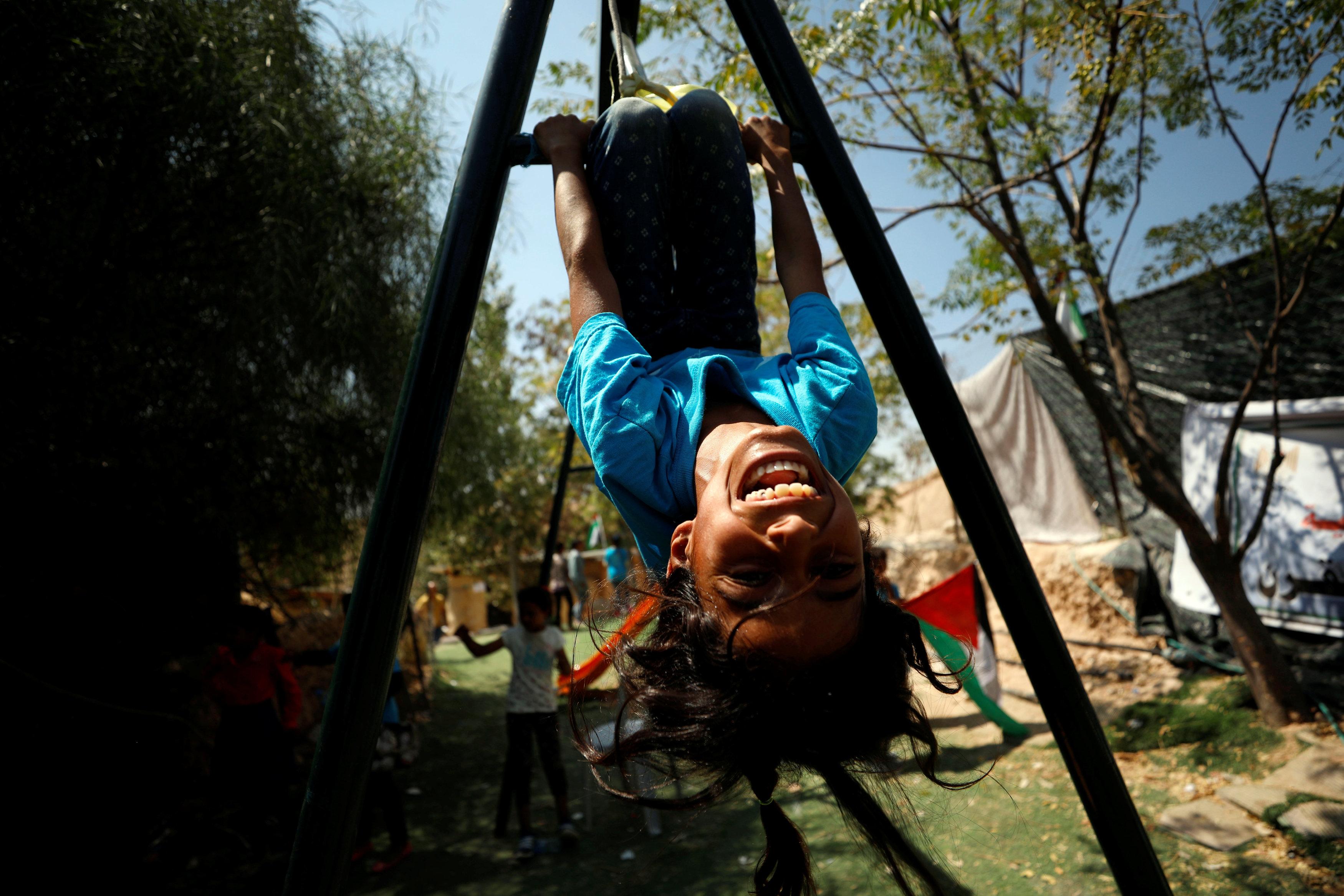 طفلة فلسطينية تلعب داخل القرية