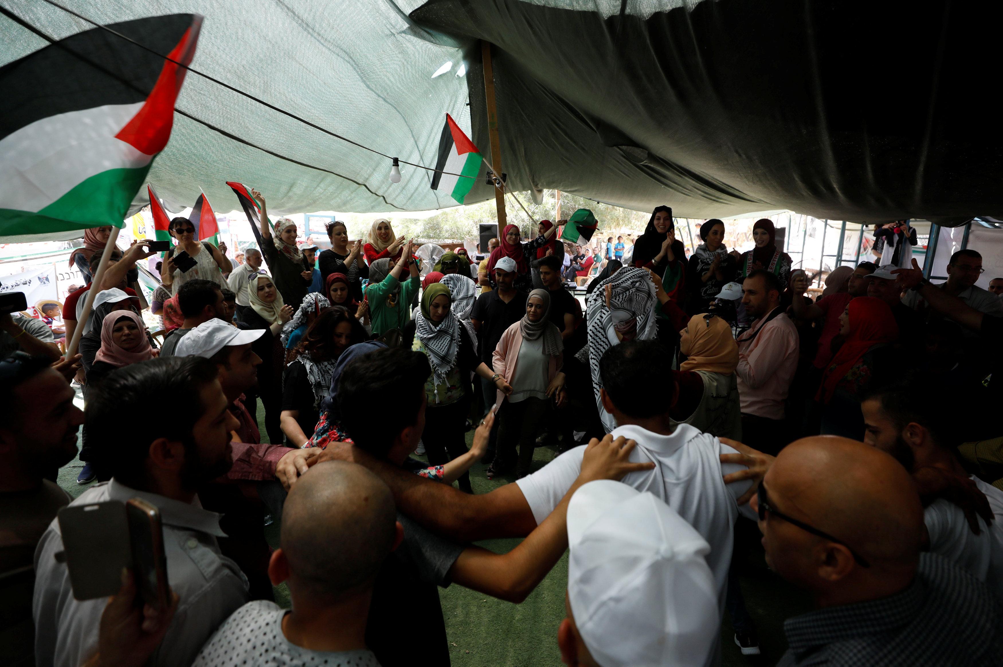 الفلسطينيون يرفعون الأعلام رافضين هدم القرية