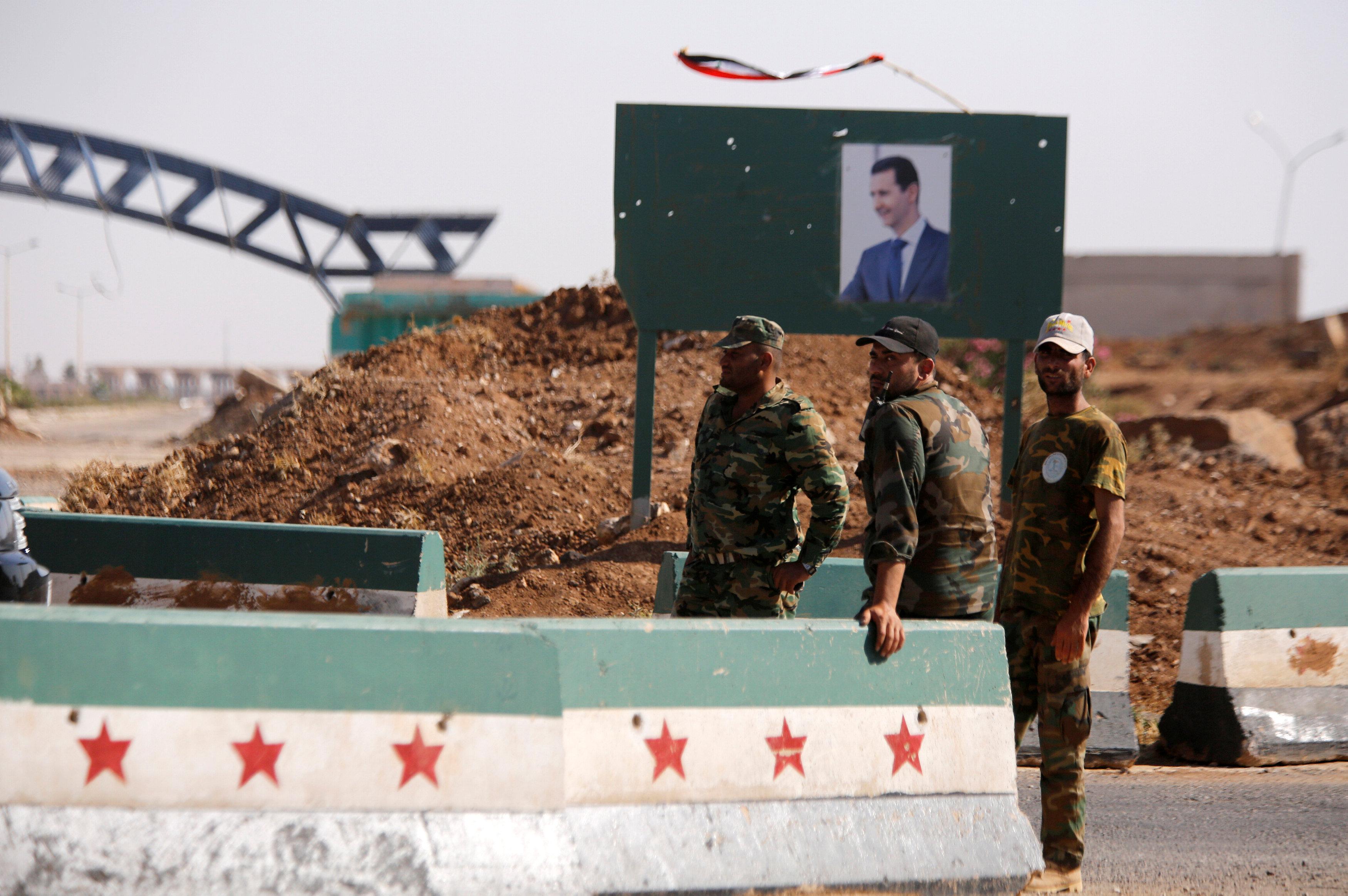 جنود سوريين يقفون بالجانب السورى عند الحدود مع الأردن