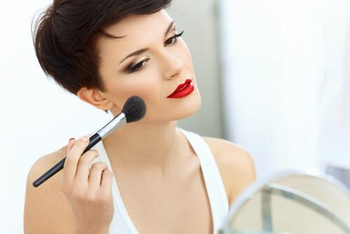 woman-putting-on-makeup