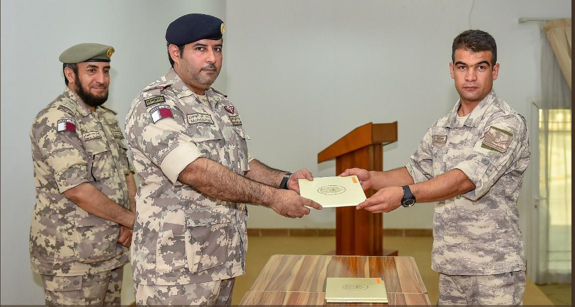 ضابط تركى يحصل على شهادة حصوله على دورة تدريبة فى اللغة العربية