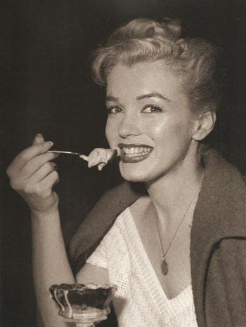 مارلين مونرو تأكل التحلية