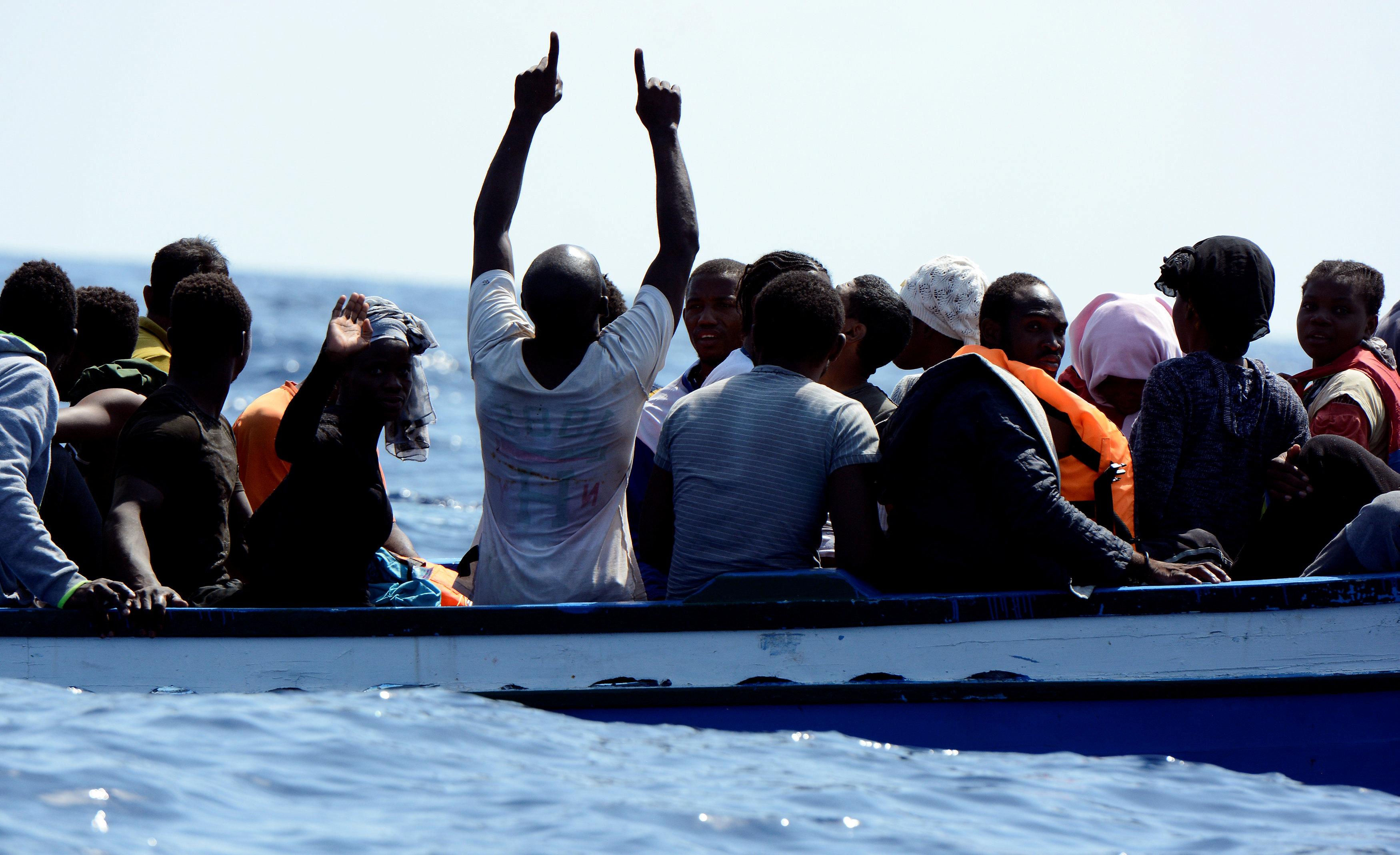 المهاجرين يشكرون ربنا بعد إنقاذهم