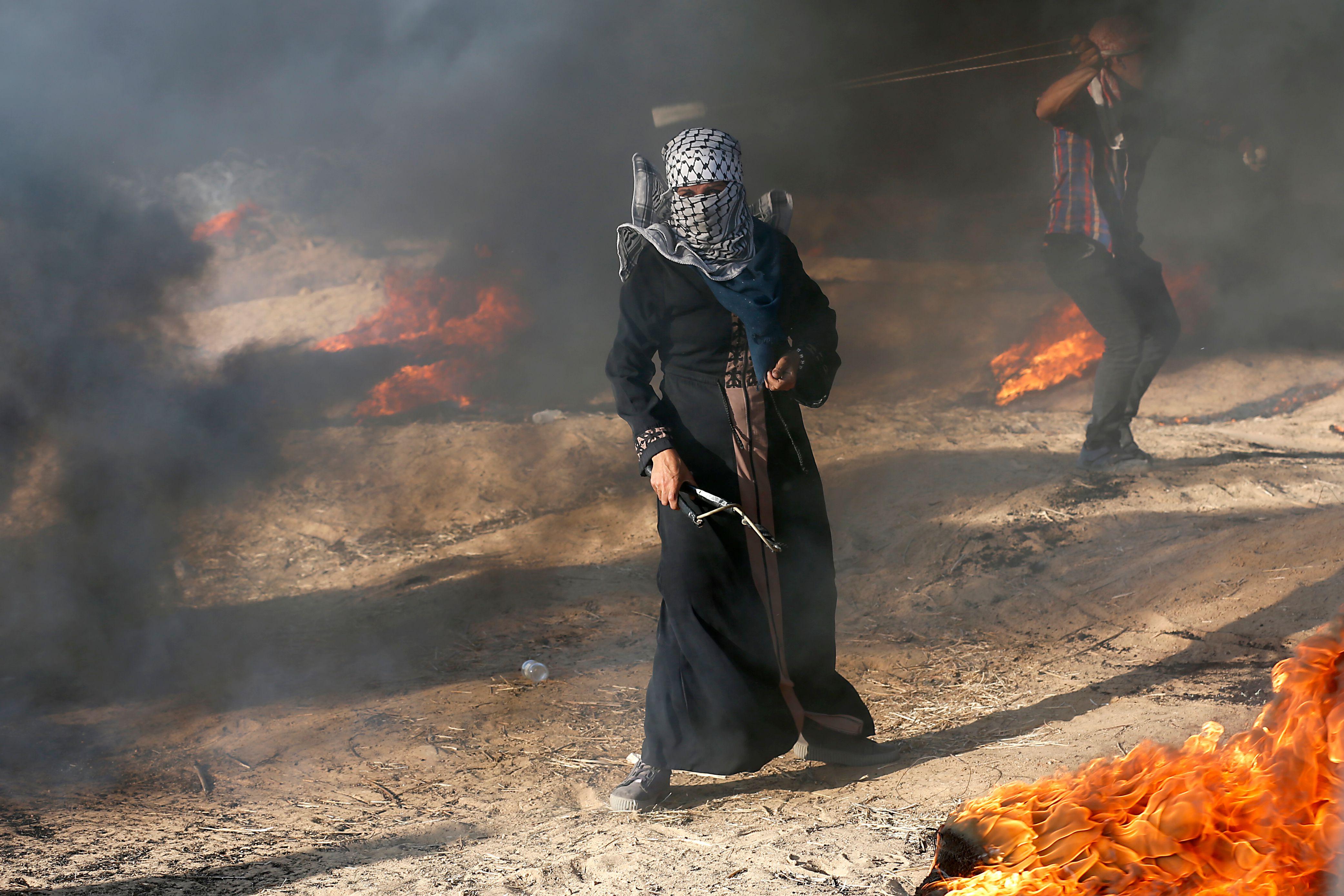 شبان الانتفاضة يشعلون إطارات السيارات قرب الحدود لتشويش الرؤية