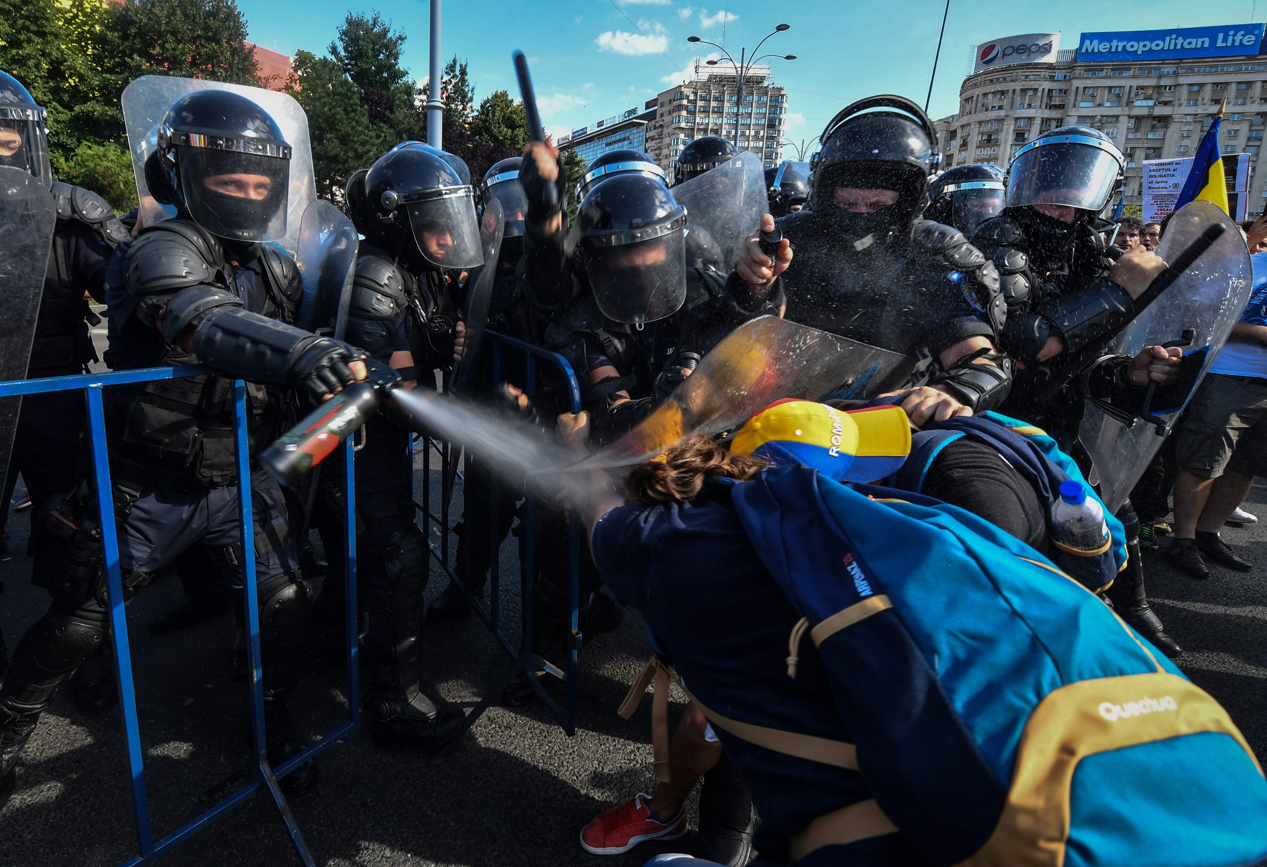 الاعتداء على متظاهر