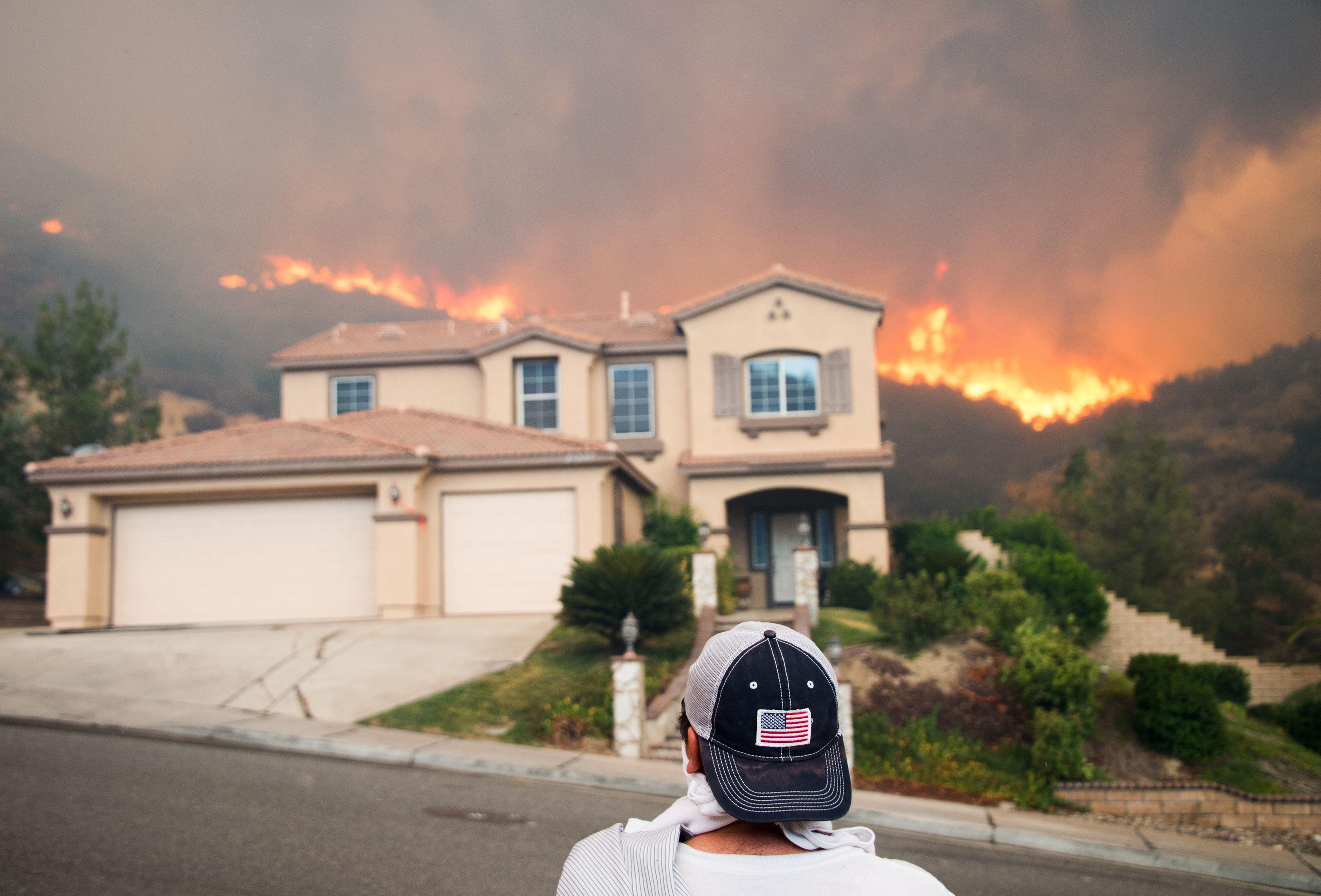 الحرائق تزحف للمنازل