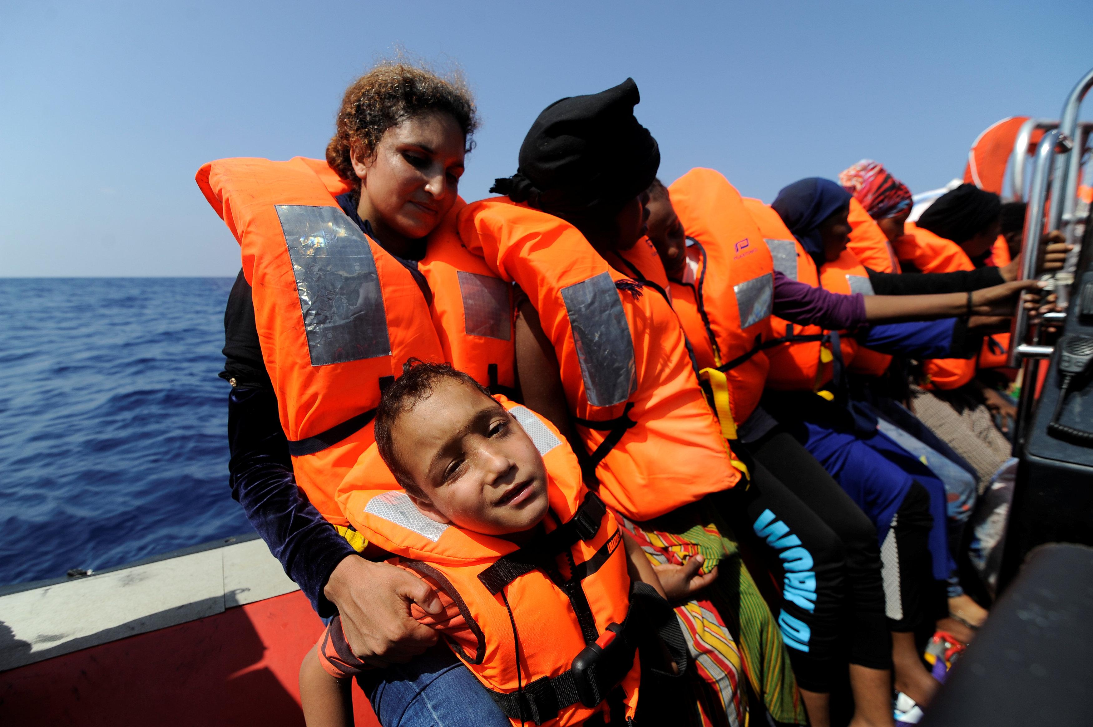 نظرة يأس لاحد الاطفال على قارب المهاجرين