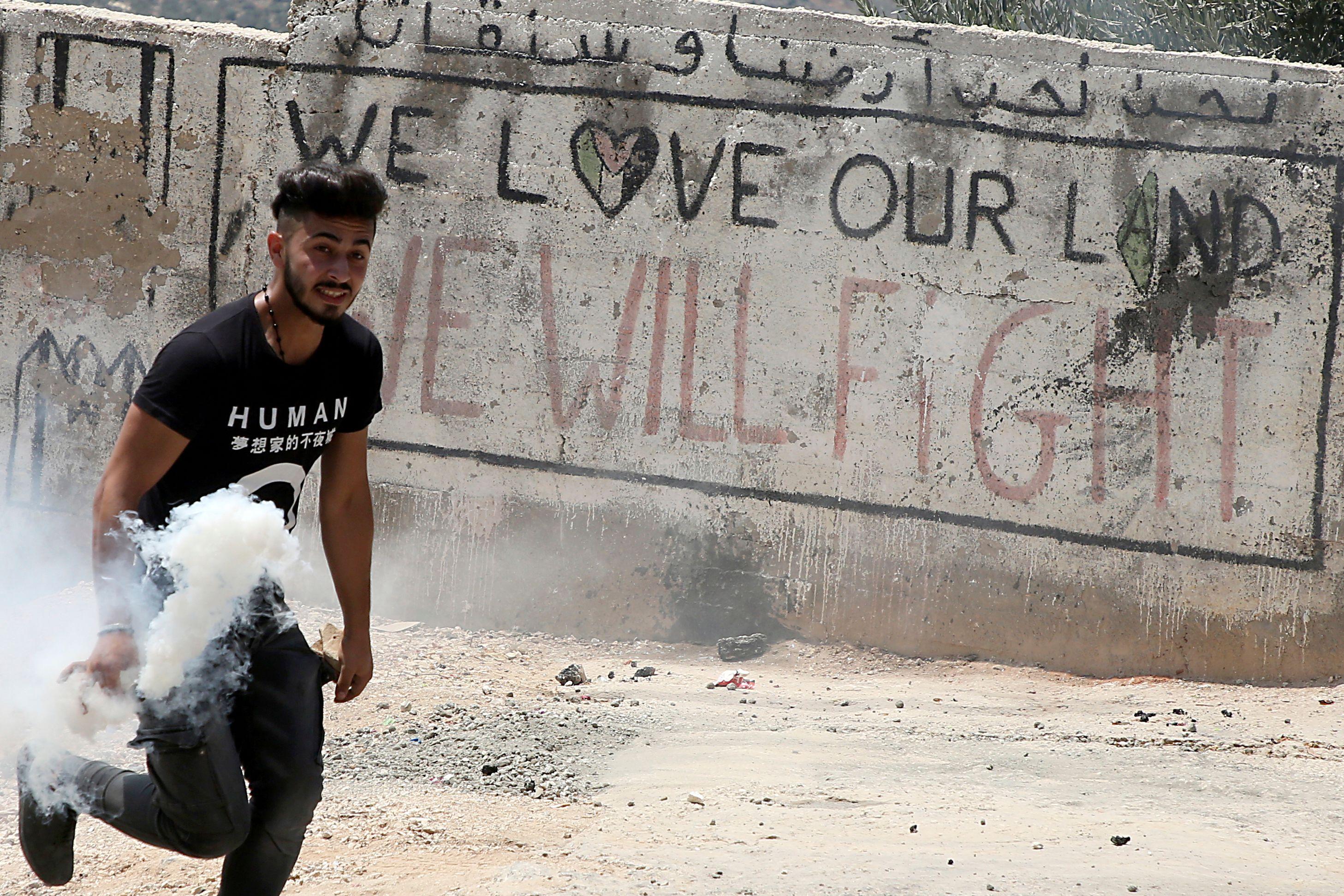 شاب فلسطينى أثناء الاشتباكات