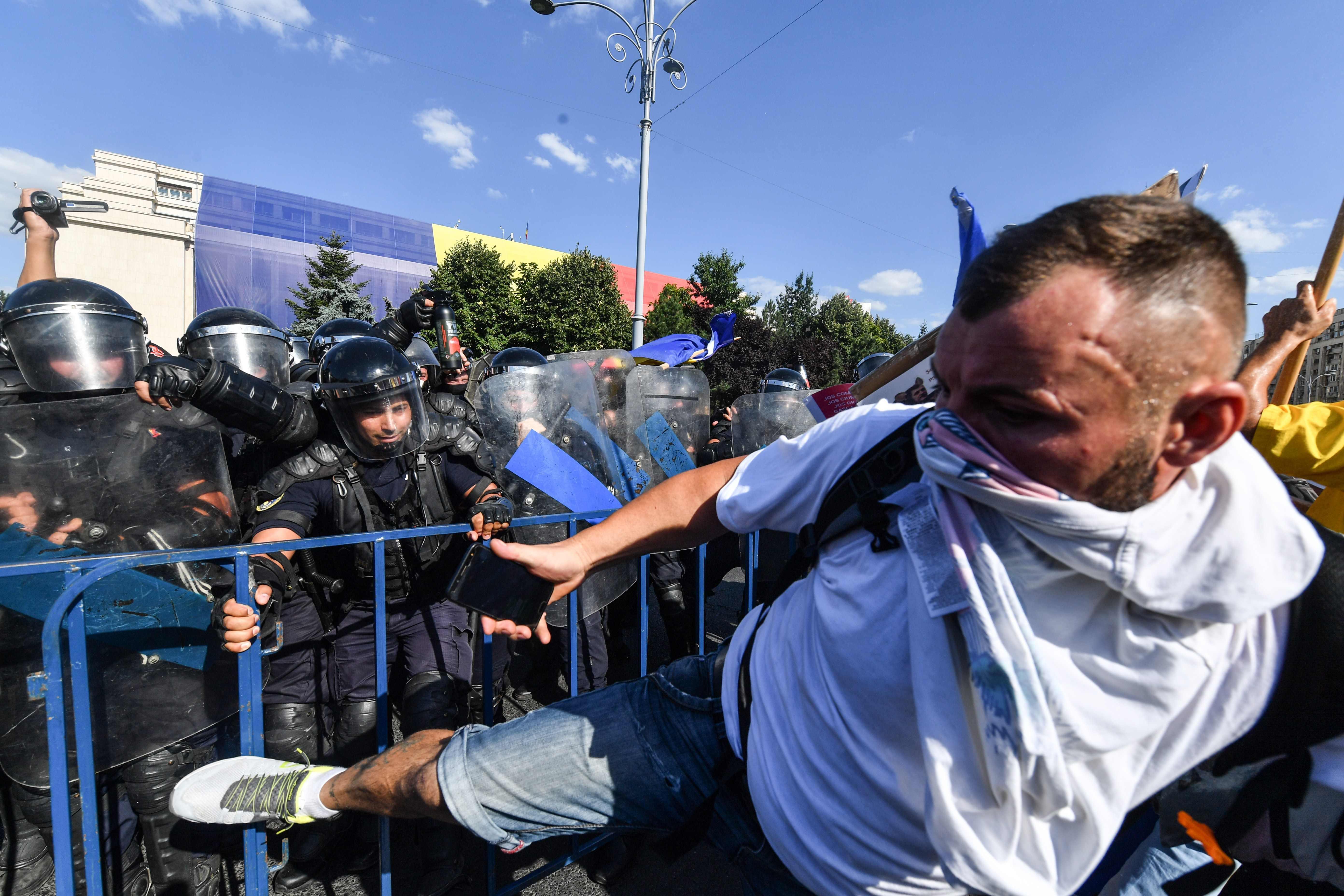 متظاهر يواجه الشرطة