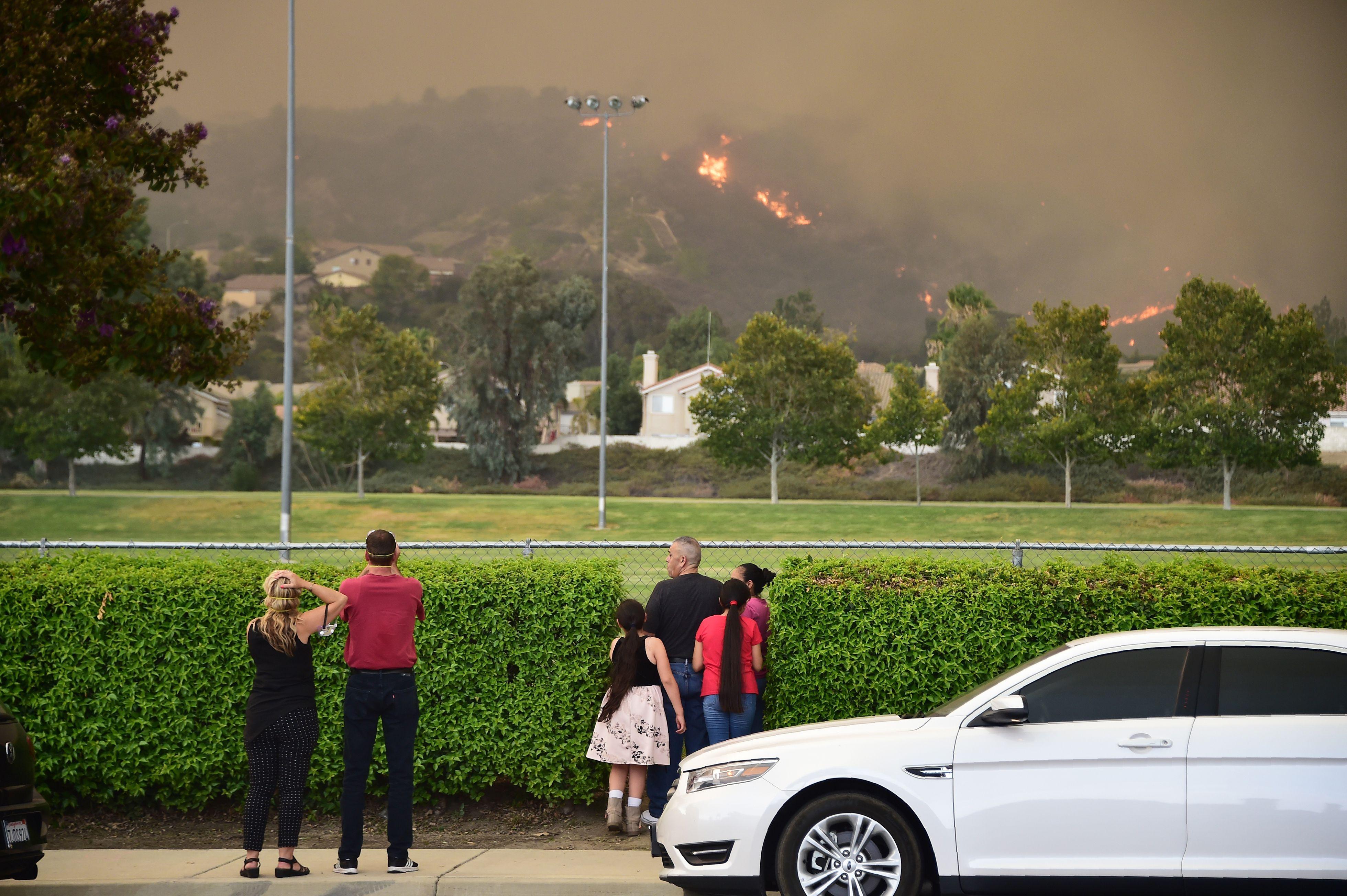 النيران تقترب من المنازل