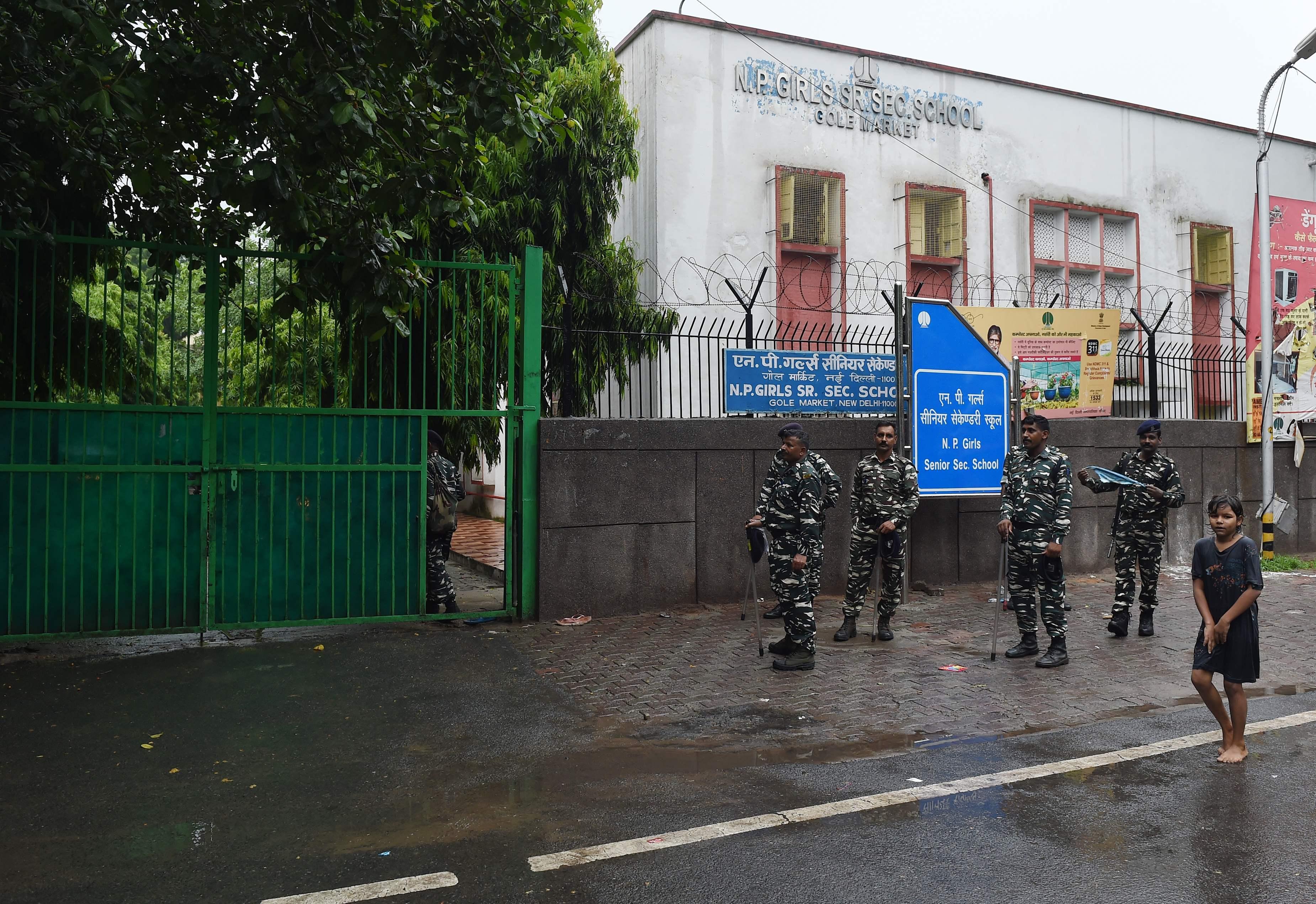 تواجد الشرطة الهندية خارج المدرسة