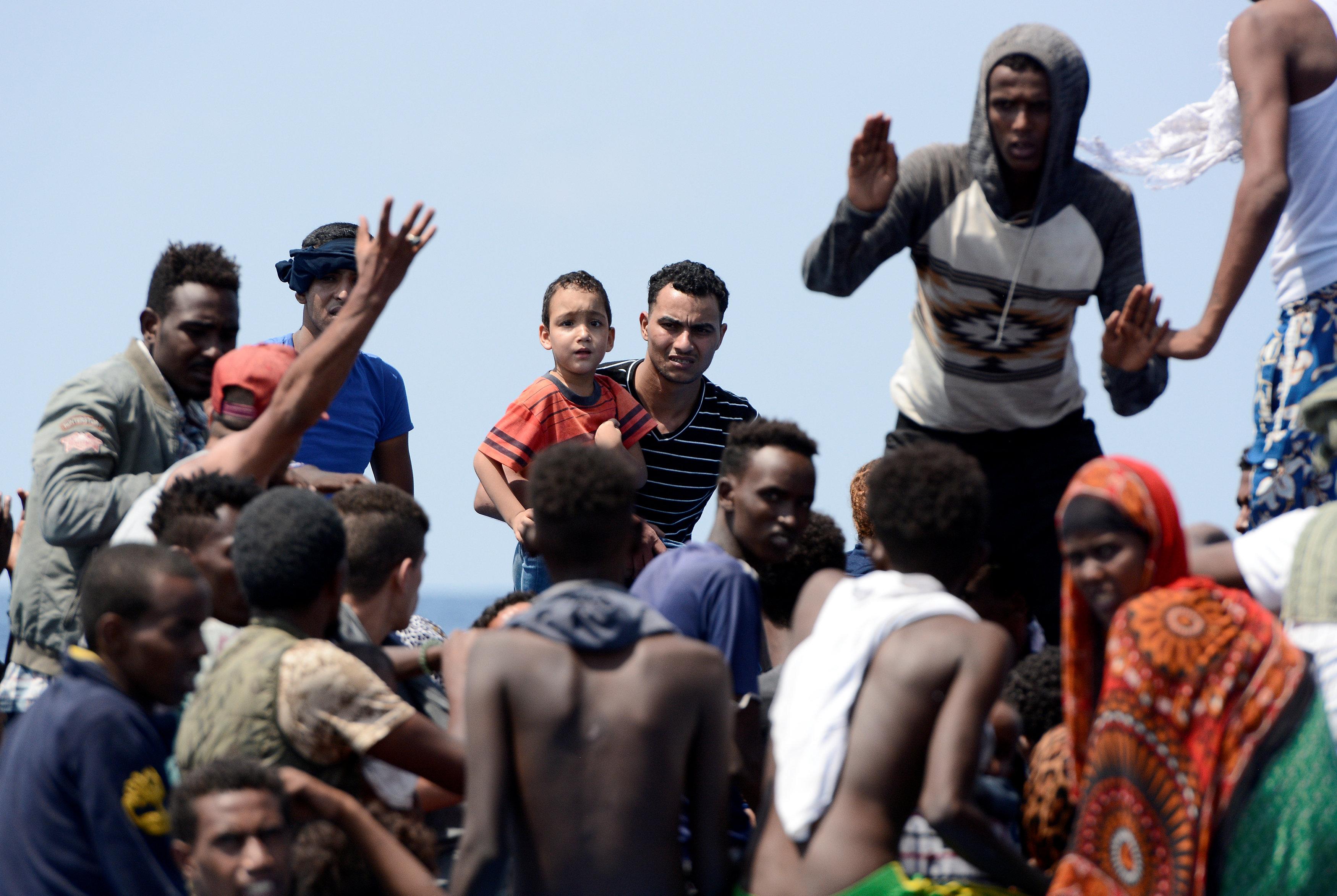 المهاجرين اثناء نقلهم لسفينة الانقاذ