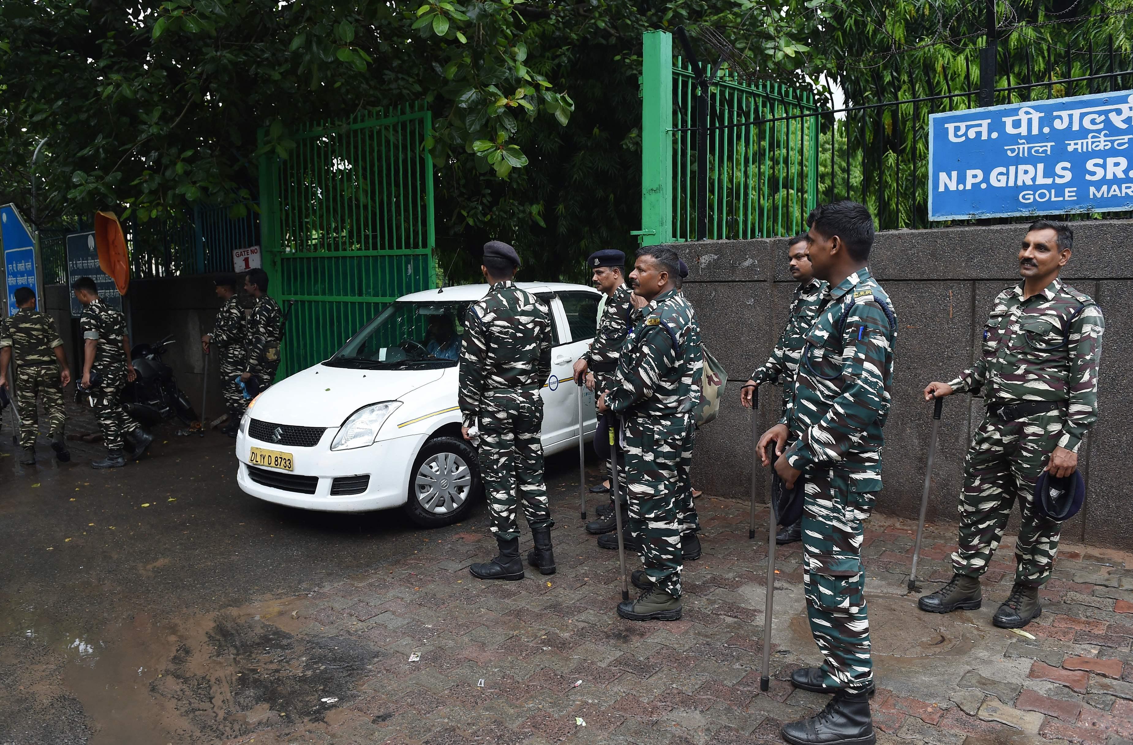الشرطة الهندية خارج المدرسة