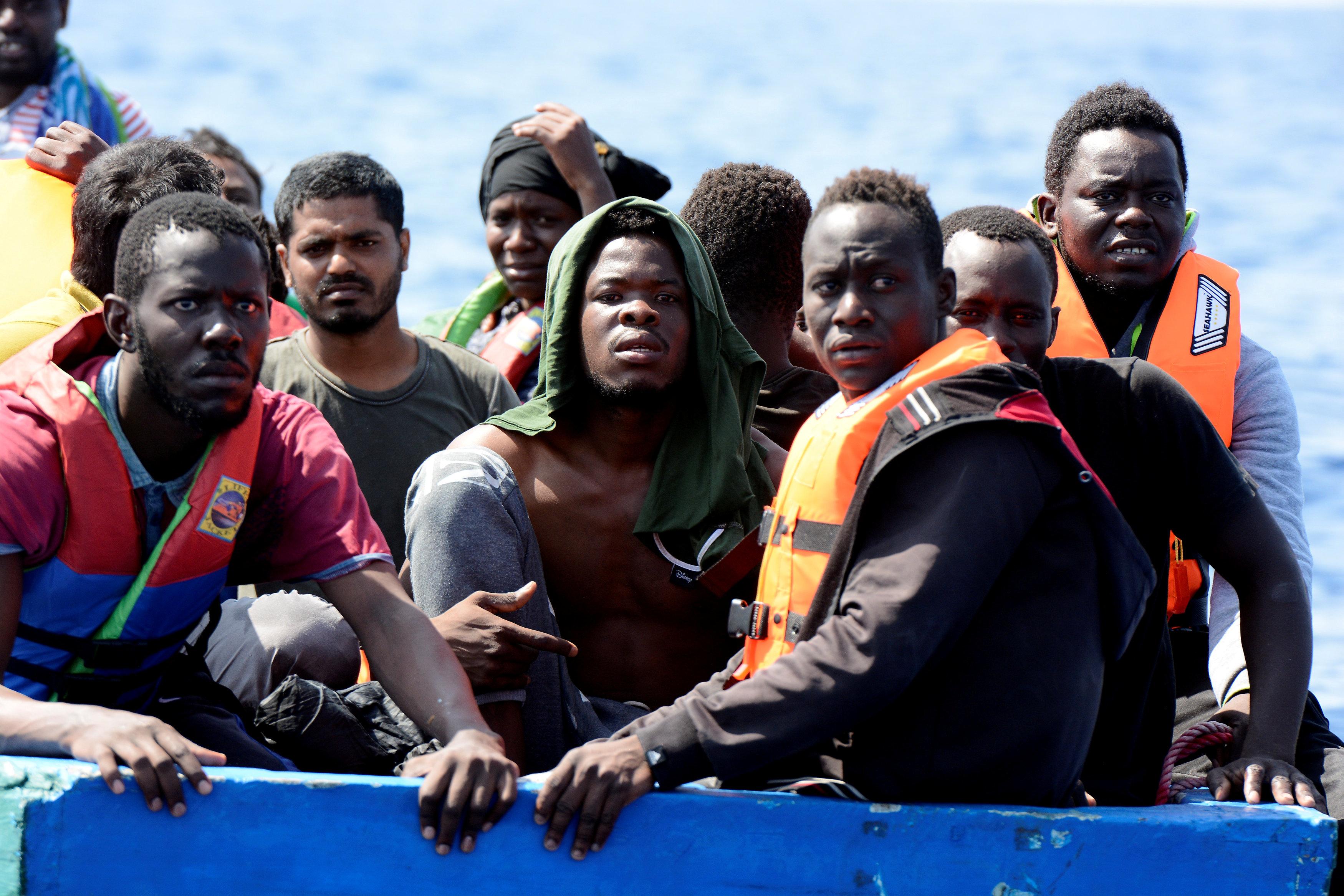 المهاجرين عن متن القارب قبل إنقاذهم