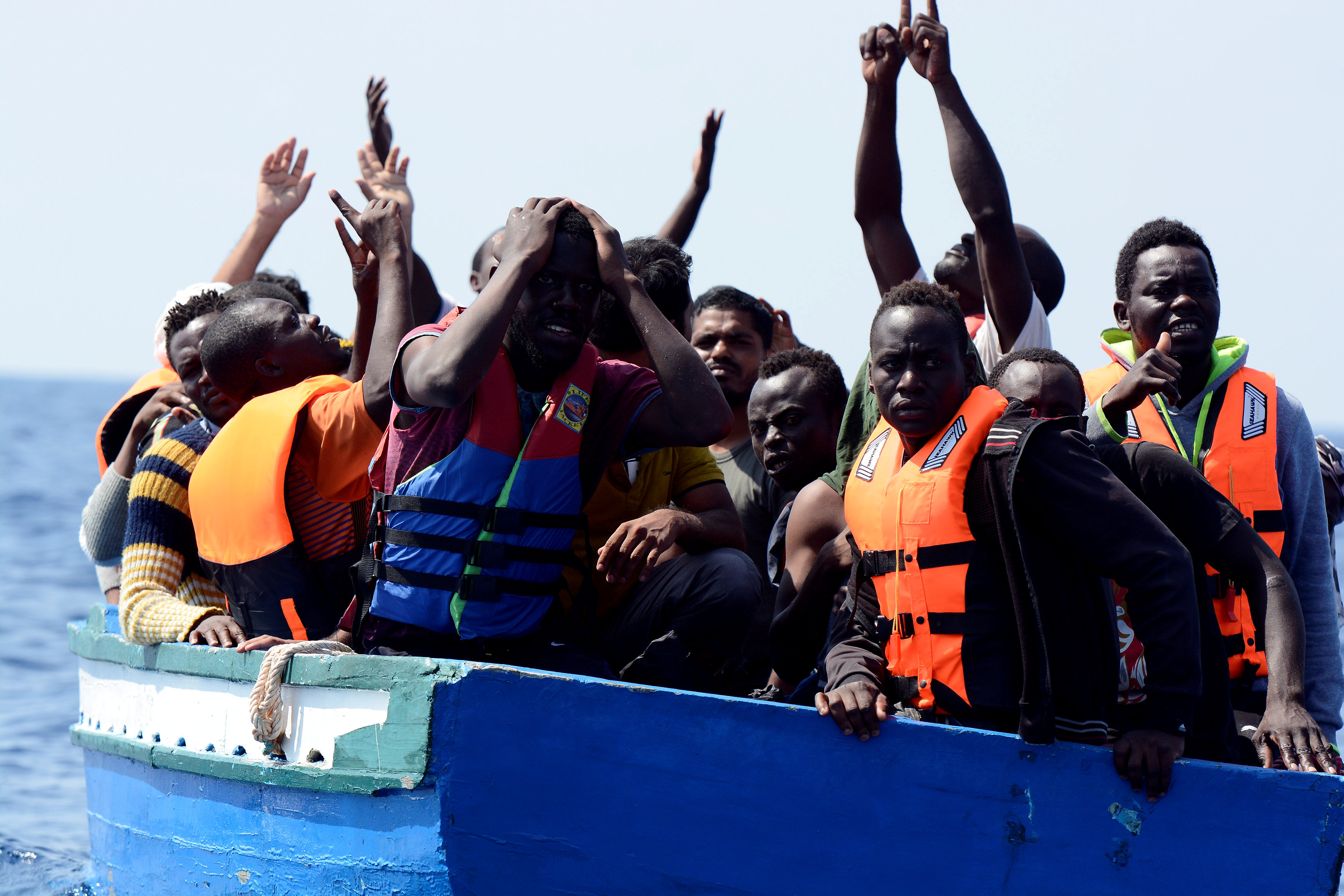 فرحة المهاجرين عقب رؤية سفينة الانقاذ