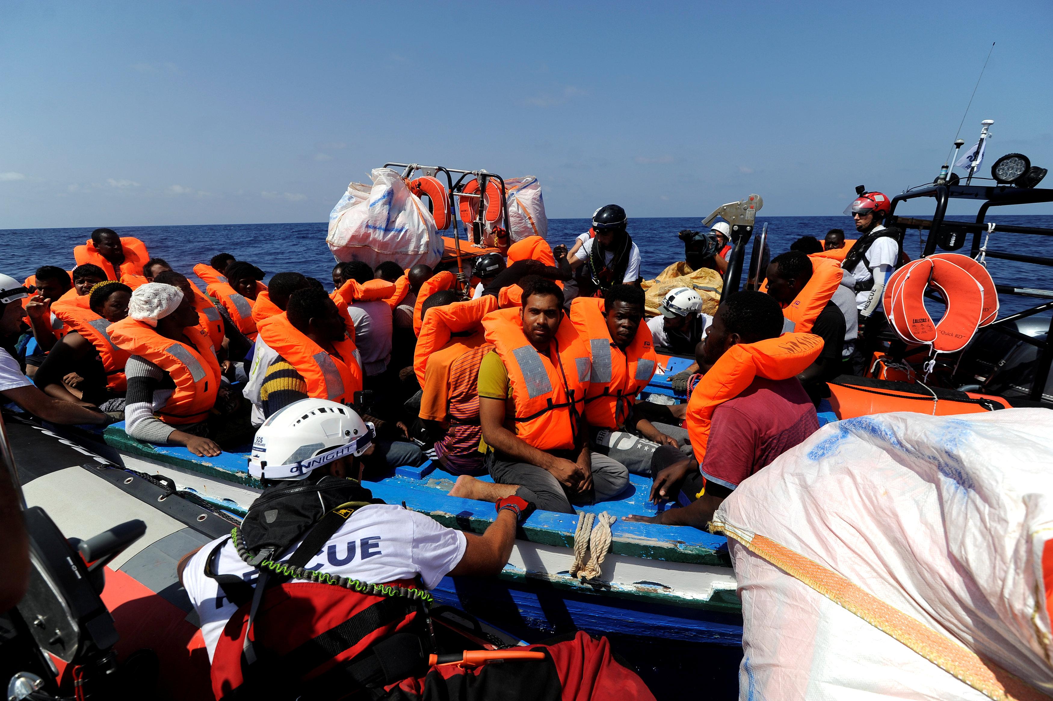 المهاجرين قبل نقلهم على سفينة الانقاذ