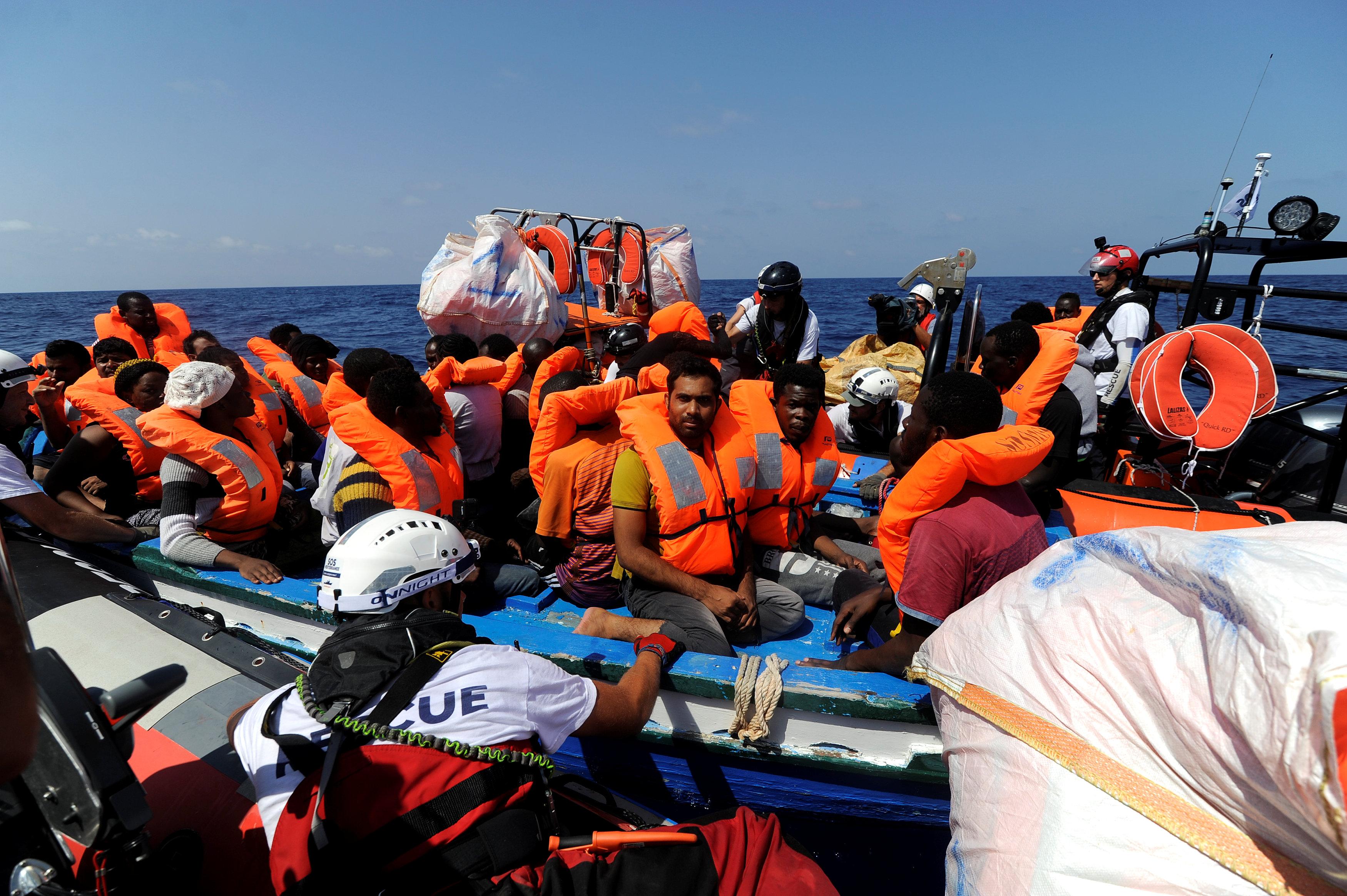 إنقاذ عدد كبير من المهاجرين على قارب خشبى