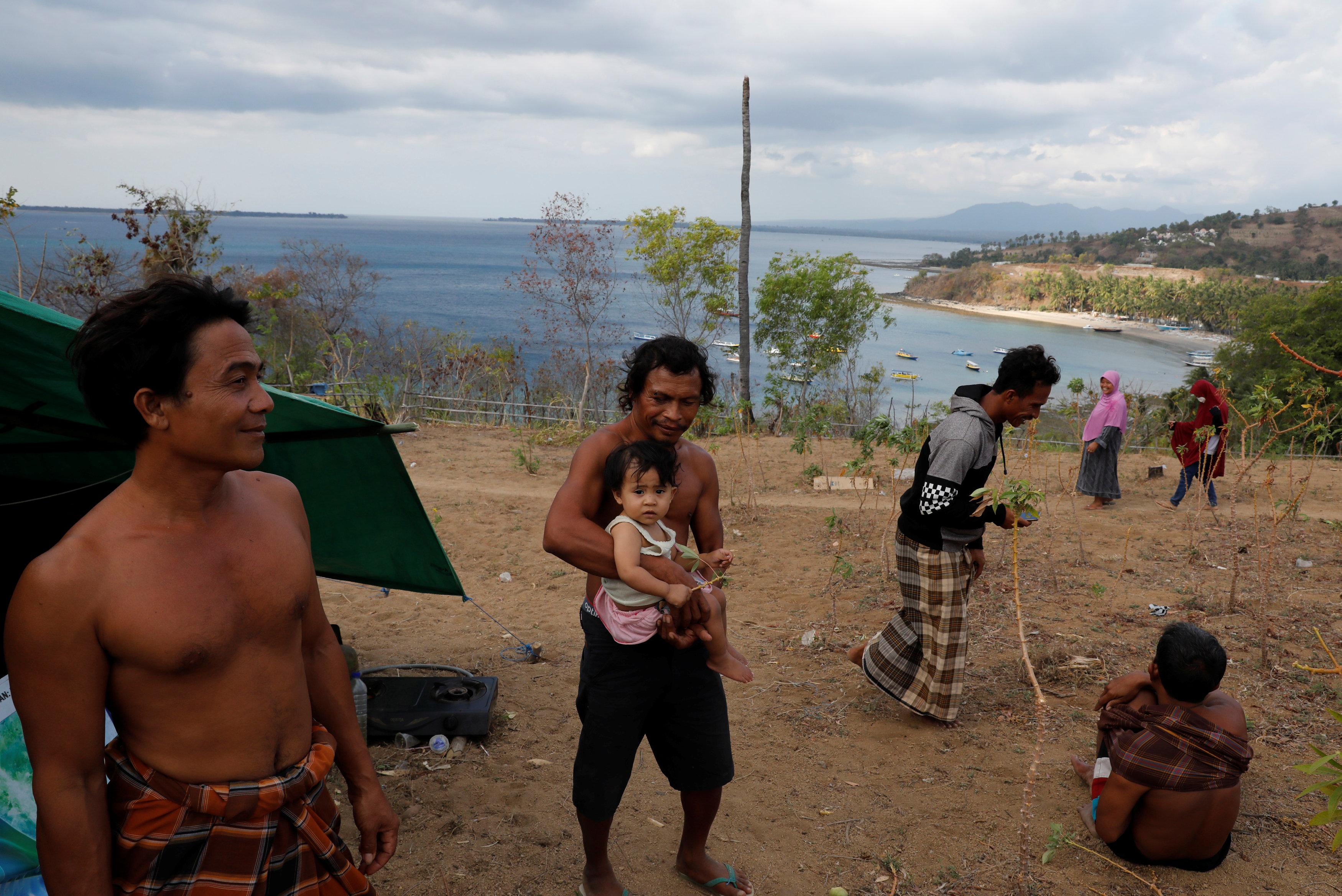 قرويون فوق أحد التلال فى شاطئ سينجيجى بجزيرة لومبوك