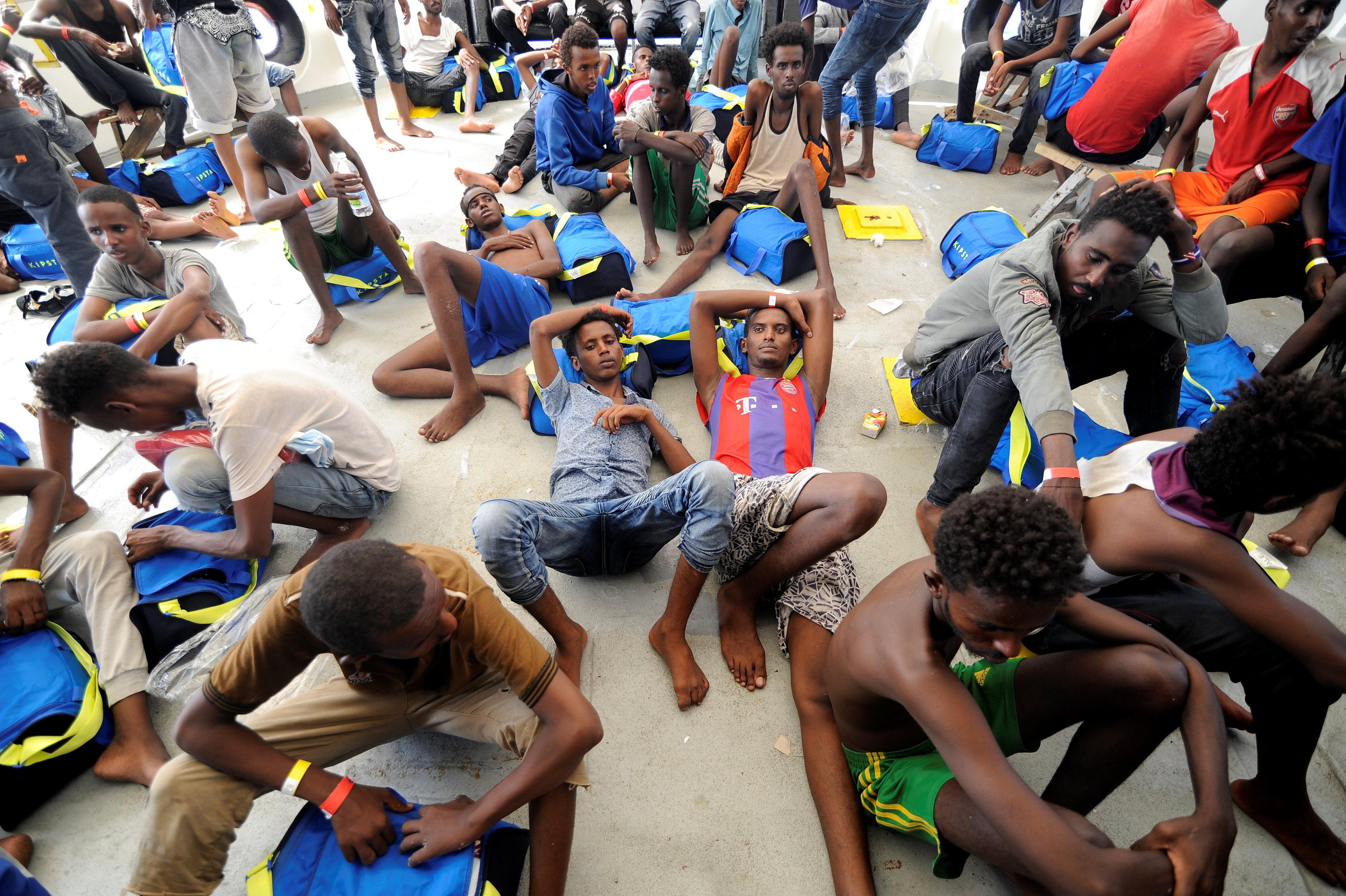 المهاجرين يستريحون بعد انقاذهم