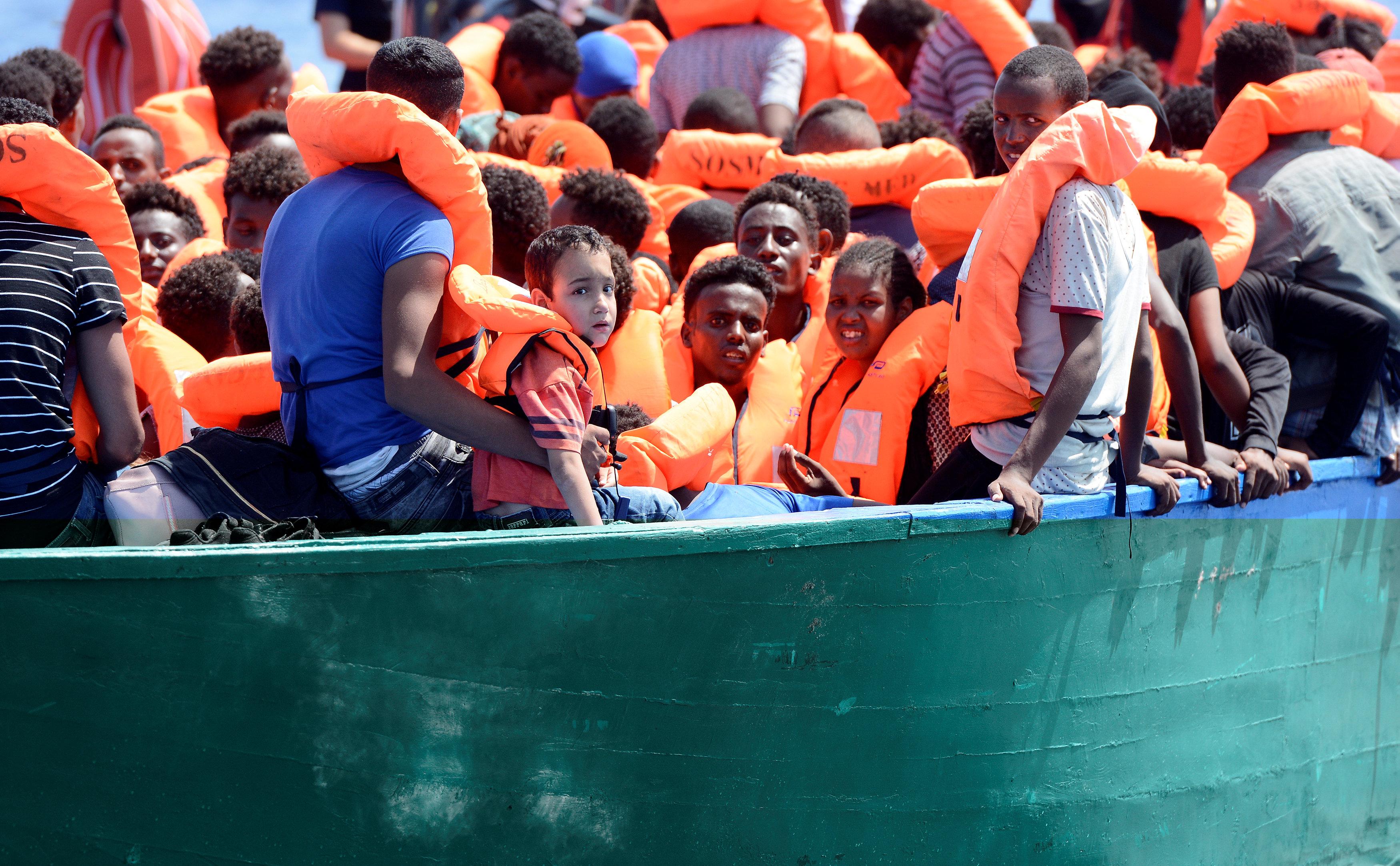 المهاجرين الافرقه على متن القارب الخشبى