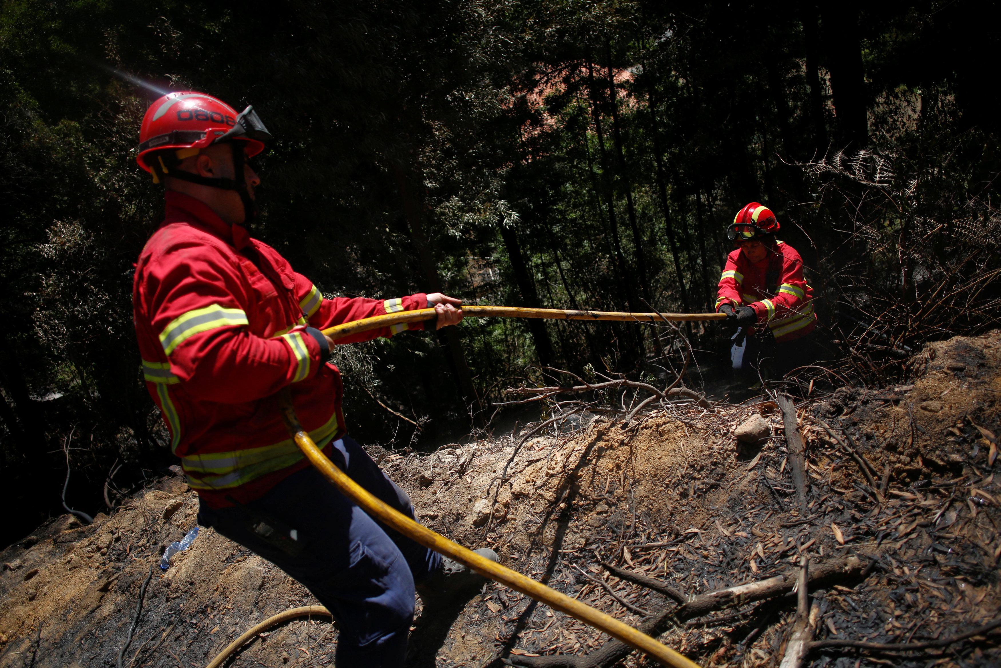 رجال الإطفاء يواصلون عمليات التبريد لعدم اشتعال الحريق مرة أخرى